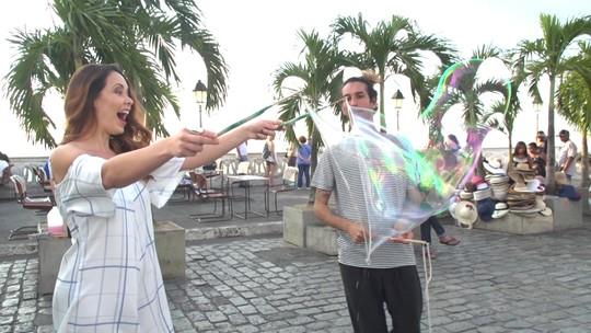 Bolhas de sabão gigantes divertem crianças e adultos