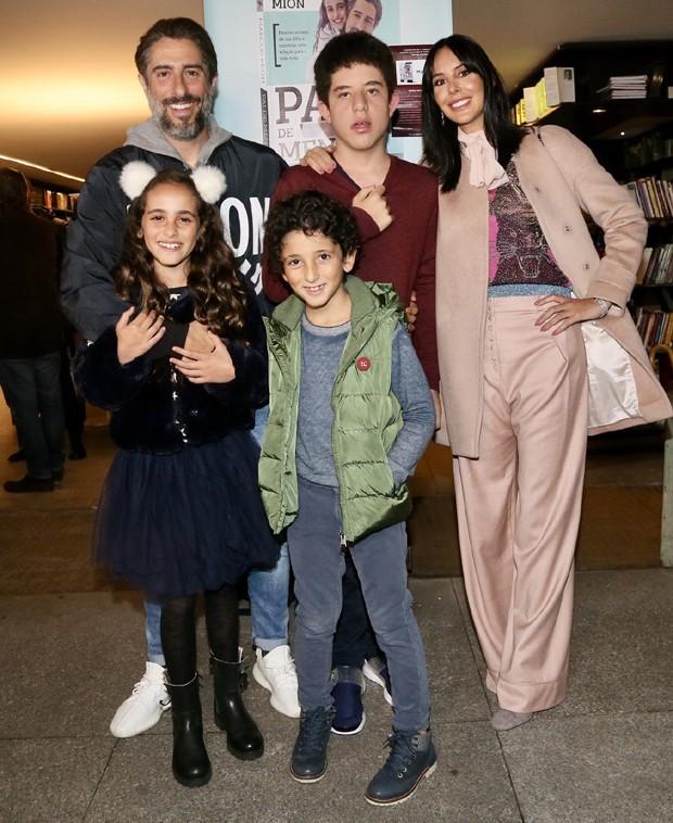 Marcos Mion com a mulher, Suzana Gullo, e os filhos, Romeo, de 13 anos, Donatella, 10, e Stefano, 9, (Foto: Manuela Scarpa/Brazil News)