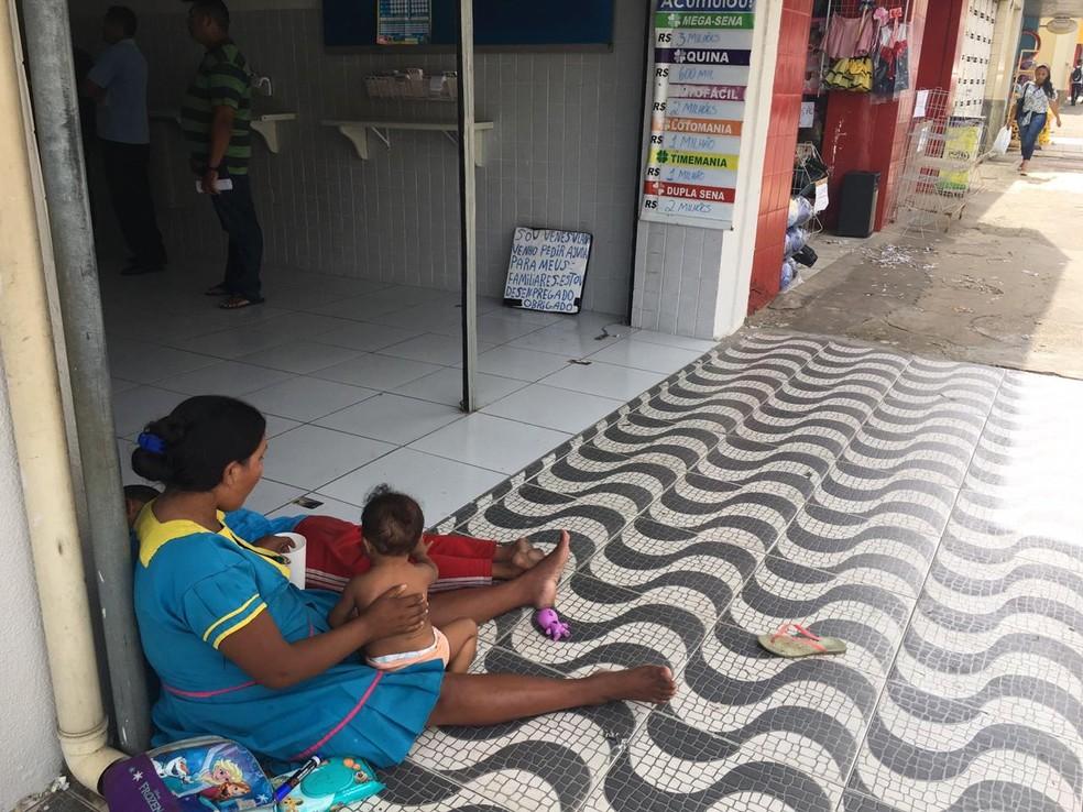 Grupo de venezuelanos pede ajuda à população em lojas e casas lotéricas do Centro de Teresina — Foto: Maria Romero/ G1 PI