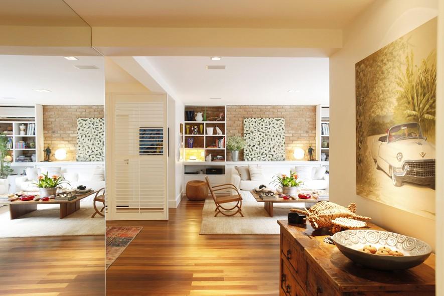 Espelho na sala do apartamento da atriz e apresentadora Patricya Travassos, localizado na Gávea, e planejado pela designer de interiores Paola Ribeiro