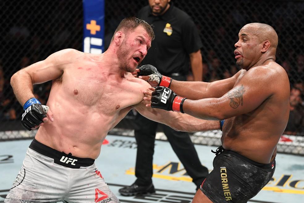Stipe Miocic nocauteou Daniel Cormier do quarto quarto da luta principal do UFC 241 — Foto: Josh Hedges/Getty Images