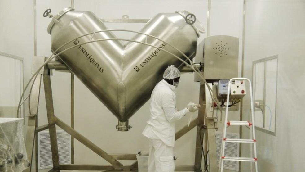 Operador da SMM mostra equipamentos em 2013 Image caption Quando fábrica ficou pronta, medicamento contra a Aids já estava obsoleto | (Foto: Amanda Rossi/BBC Brasil)