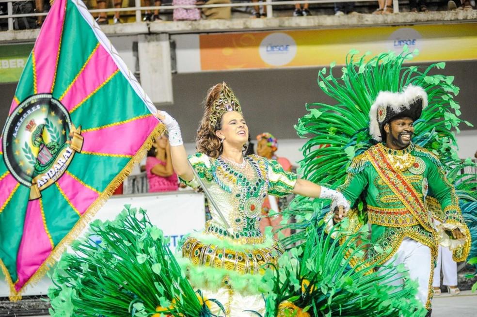 O casal de mestre-sala e porta-bandeira da Andaraí conseguiu animar o público presente no Sambão do Povo — Foto: Leonardo Silveira