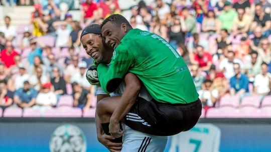 Veja os gols de Amigos de Ronaldinho Gaúcho 3 x 4 Amigos de Figo