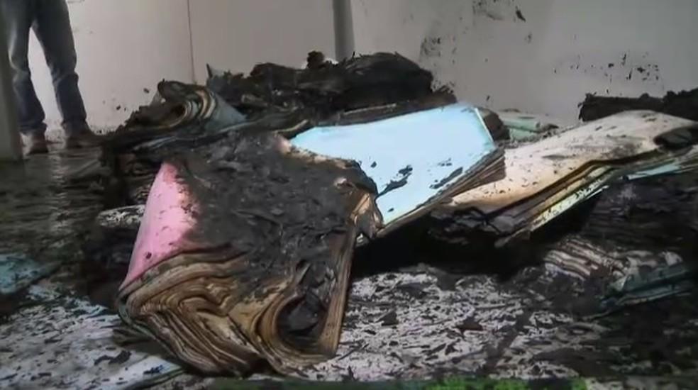 Delegacia de Nazaré Paulista foi alvo de criminosos e arquivos foram destruídos (Foto: TV Vanguarda/ Reprodução)