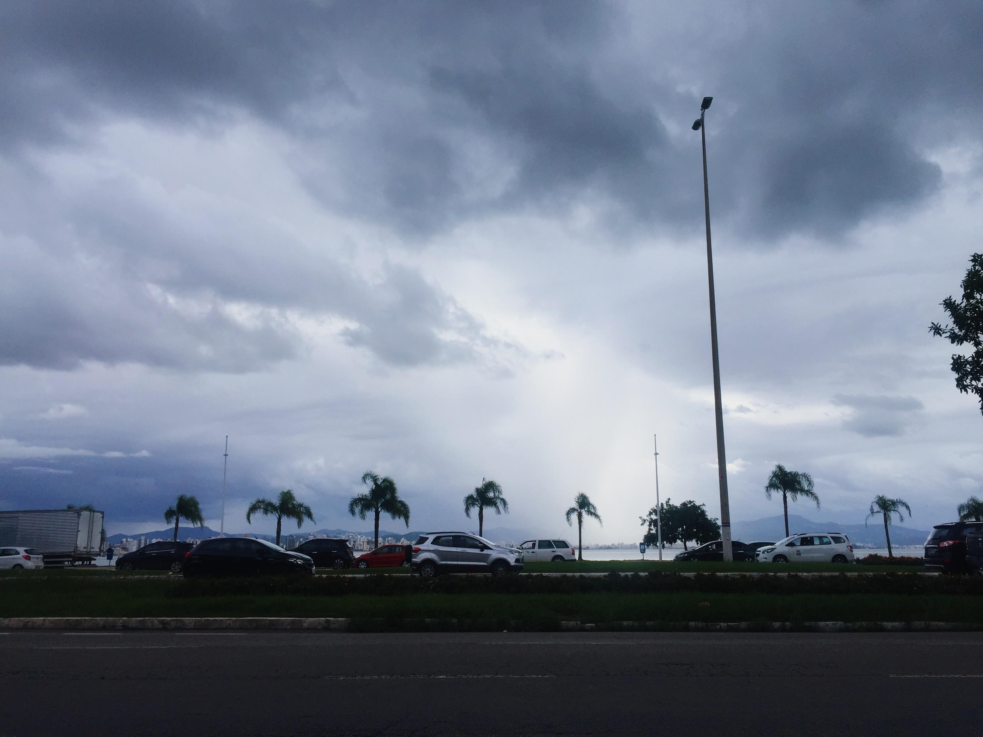 Quinta-feira tem previsão de tempo nublado e chance de chuva em SC