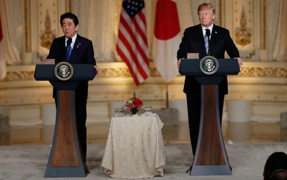 O presidente dos EUA, Donald Trump, e o primeiro-ministro do Japão, Shinzo Abe, durante entrevista coletiva conjunta em Mar-a-Lago, em Palm Beach, na Flórida, na quarta-feira (18) (Foto: Reuters/Joe Skipper)