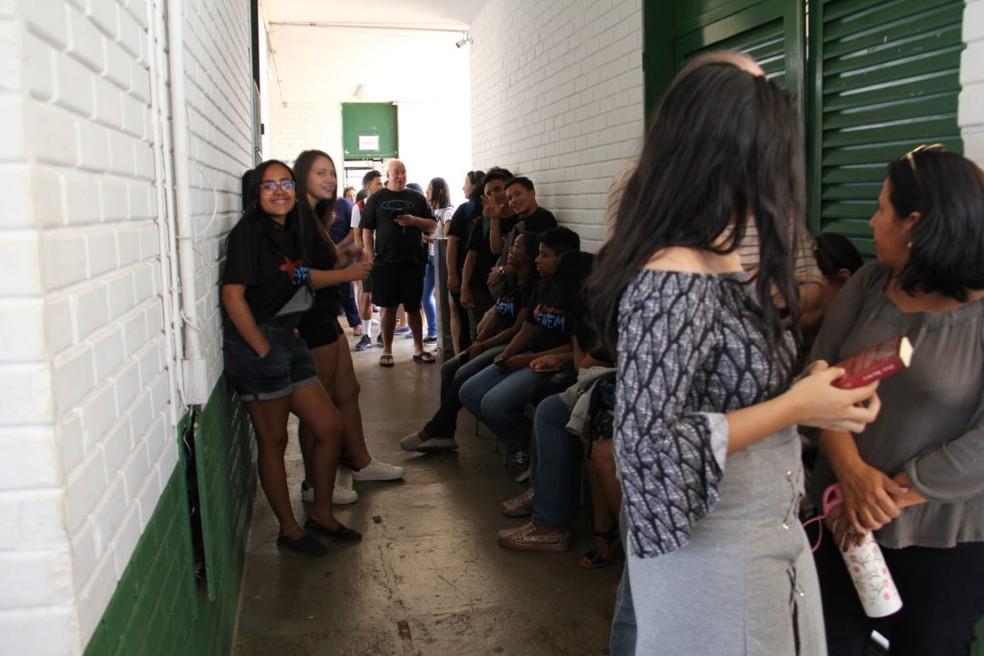 Estudantes, pais e professores participaram de votação sobre gestão compartilhada com PM, no Gisno, no DF — Foto: Secretaria de Educação do DF / Divulgação