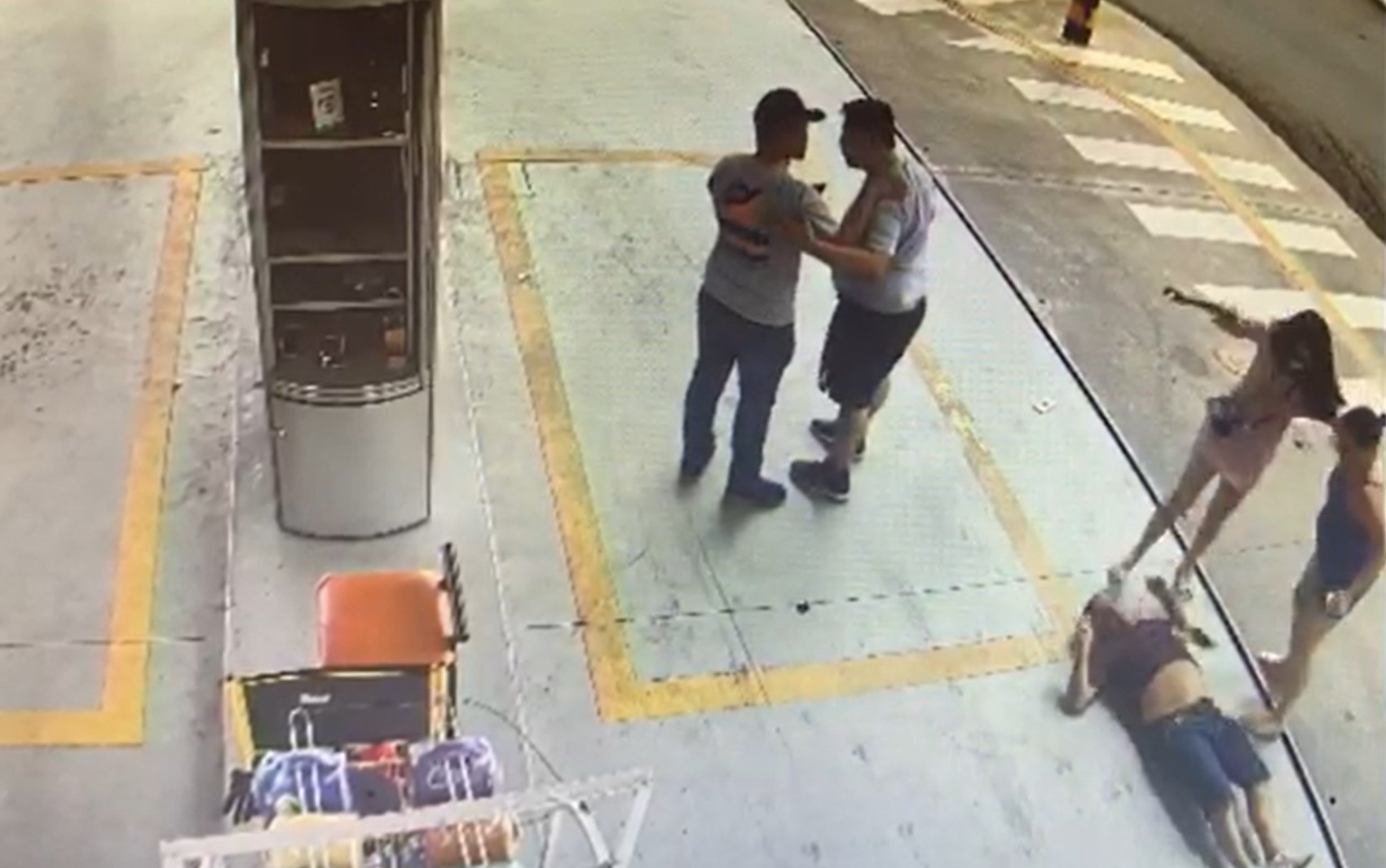 Motorista de aplicativo é espancado após discussão com passageira; vídeo