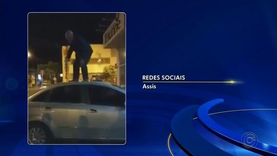 Vereador de Assis que 'surtou' e pulou sobre o próprio carro durante blitz retorna ao cargo após seis meses