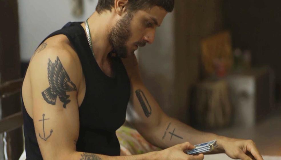 Ele se decepciona ao ver o dinheiro na bolsa de Rosa — Foto: TV Globo