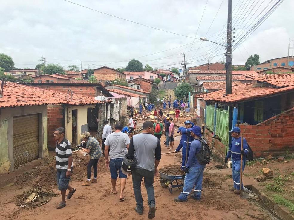 Casas atingidas após lagoa de clube transbordar e romper muro do terreno na Zona Sul de Teresina  — Foto: Lorena Linhares/ G1 PI