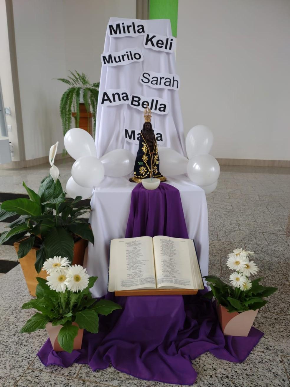 Nome das vítimas foi colocado no altar da igreja matriz da cidade — Foto: Paróquia Sagrada Família/Divulgação