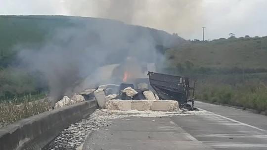 Carreta carregada de algodão tomba e pega fogo na BR-101, em Alagoas
