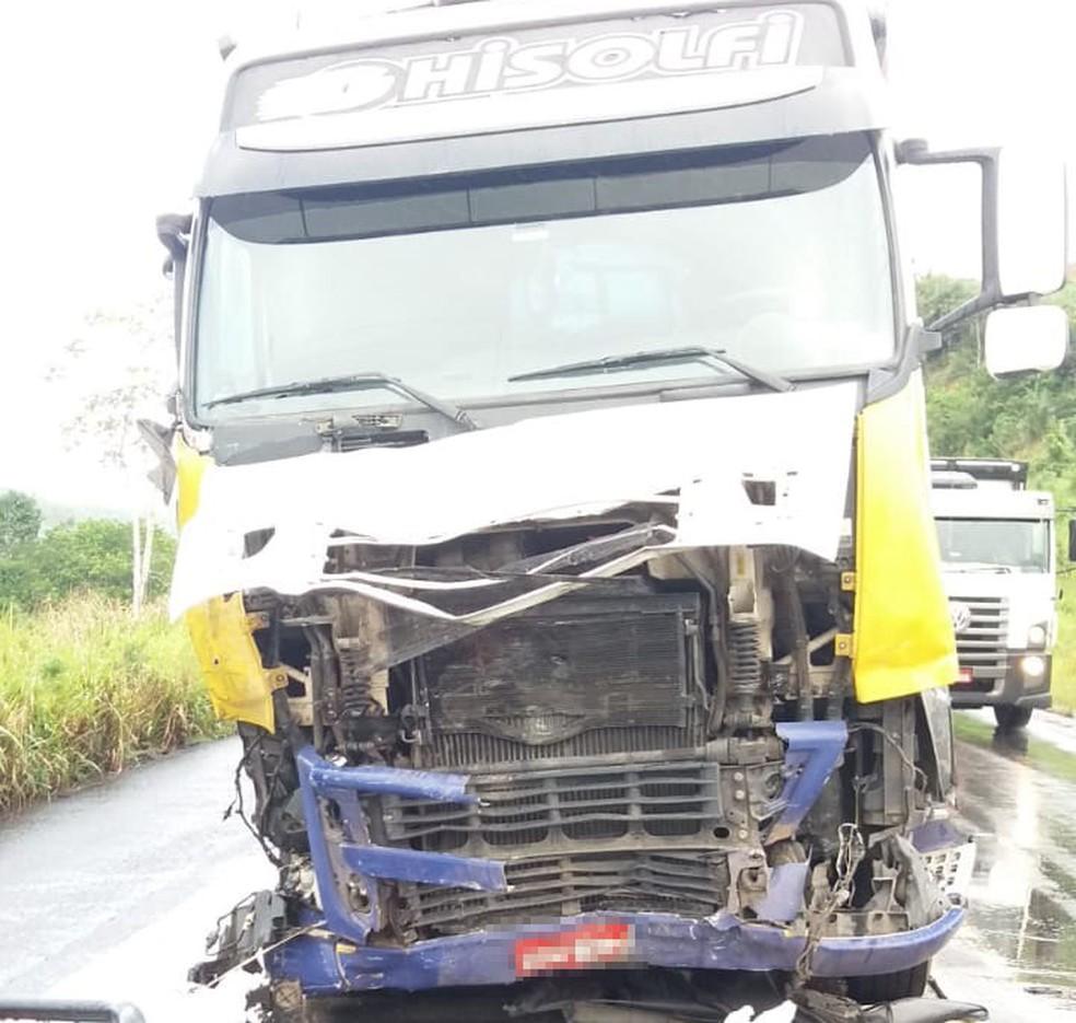 Carro bateu a lateral na frente de um caminhão e caiu na ribanceira — Foto: Arquivo Pessoal
