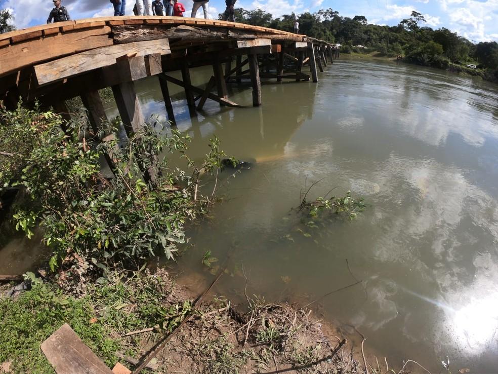 Veículo estava no fundo do rio — Foto: Bruno Bortolozo/ TVCA