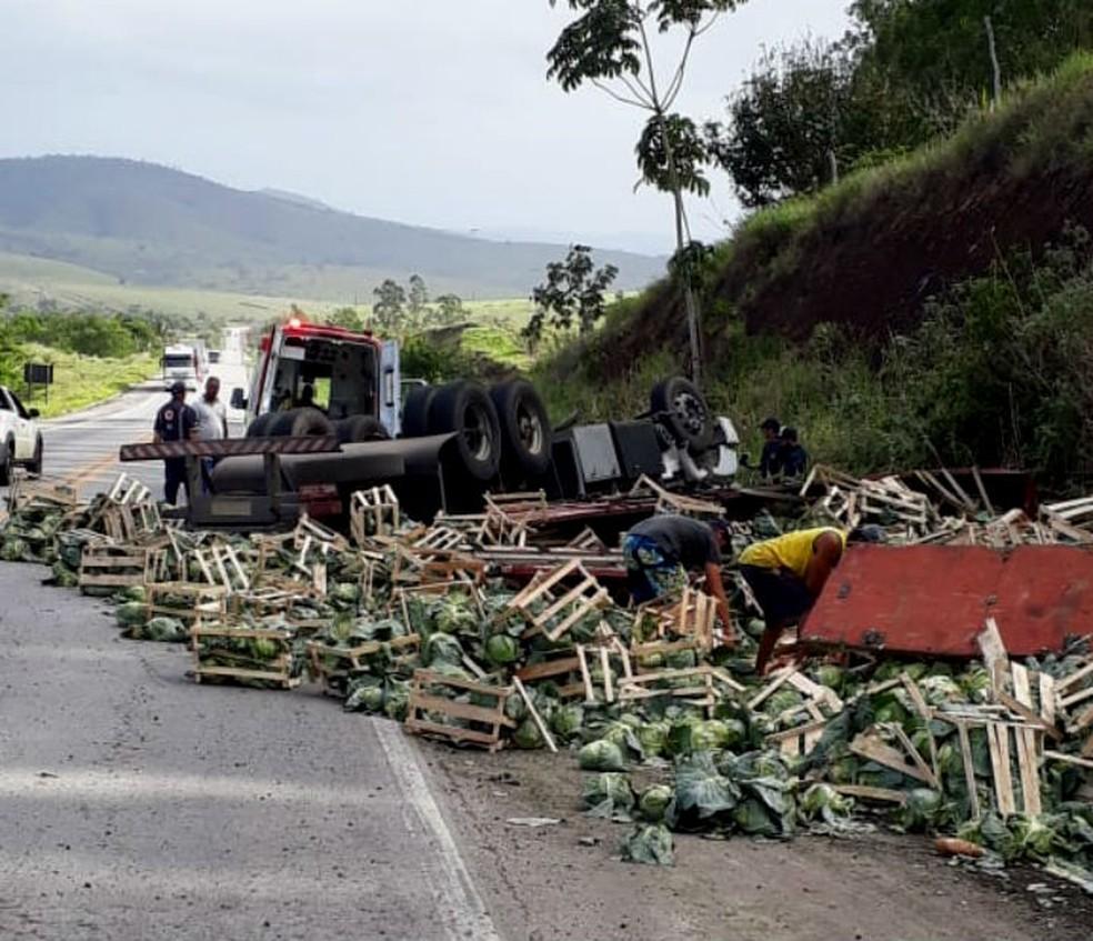 Carga de caminhão envolvido em acidente na Bahia ficou espalhada pela via — Foto: Divulgação/PRF