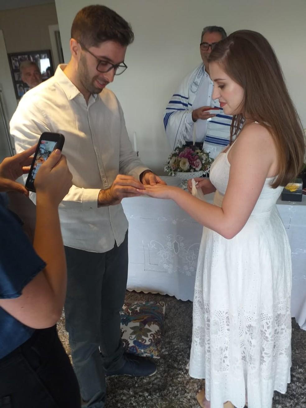 Apenas os pais dos noivos prestigiaram a festa em casa  — Foto: Arquivo pessoal