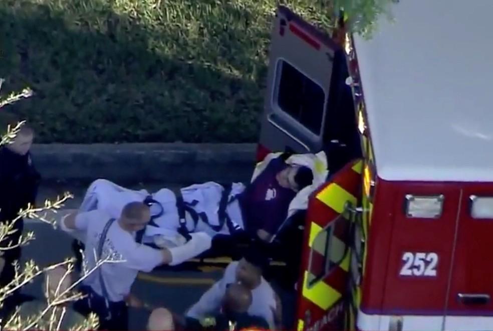 Sob custódia da polícia, suspeito do tiroteio na Marjory Stoneman Douglas High School, na Flórida, foi levado ao hospital (Foto: WSVN.com via Reuters)