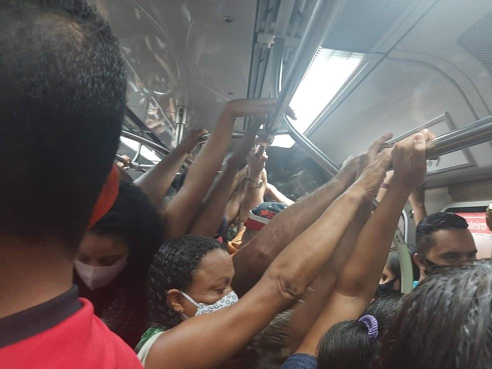 Aglomeração dentro de vagão no Metrô do Recife, na manhã desta quinta-feira (18) — Foto: Lilia Rosas/Acervo pessoal