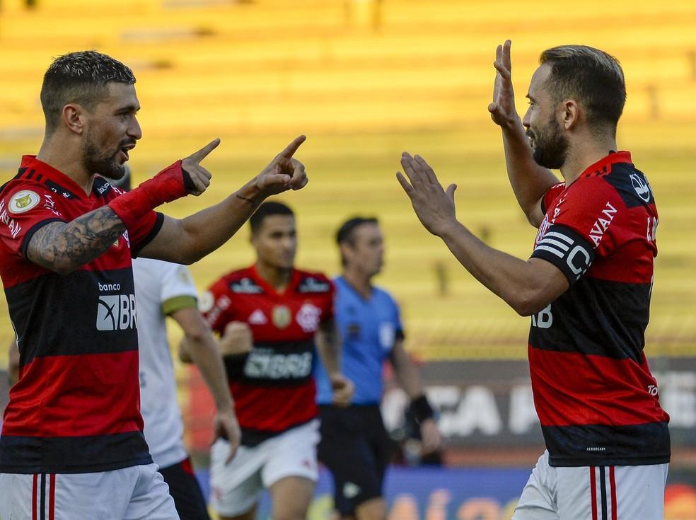 Arrascaeta e Everton Ribeiro comemoram gol do Flamengo contra o Sport — Foto: Marcelo Cortes/Flamengo