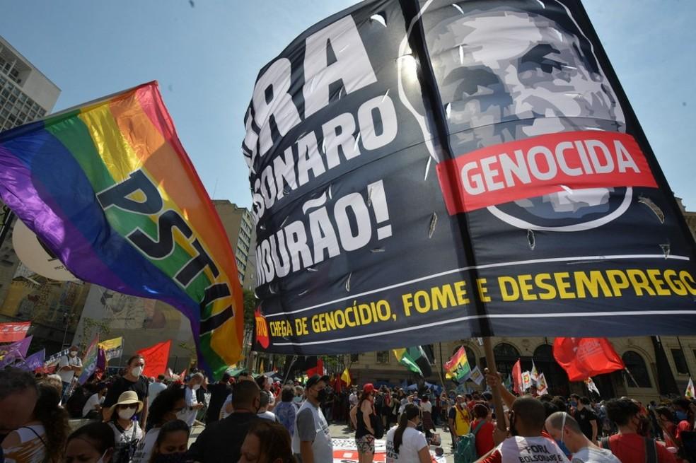 Cartazes pedem o impeachment do presidente Jair Bolsonaro em ato no Vale do Anhangabaú, em São Paulo, nesta terça-feira (7) — Foto: NELSON ALMEIDA / AFP