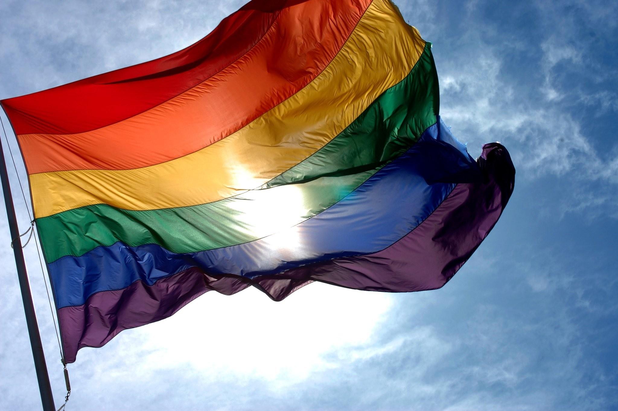 Impacto do isolamento social e o adoecimento mental na comunidade LGBTQI+ é tema de debate neste sábado