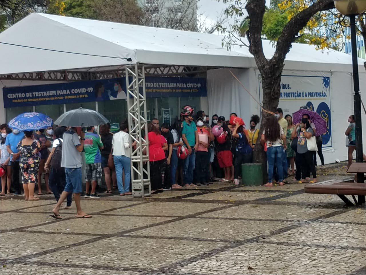 Falta de agendamento e chuva geram aglomeração no 1º dia de testagem para professores na Praça do Ferreira, em Fortaleza