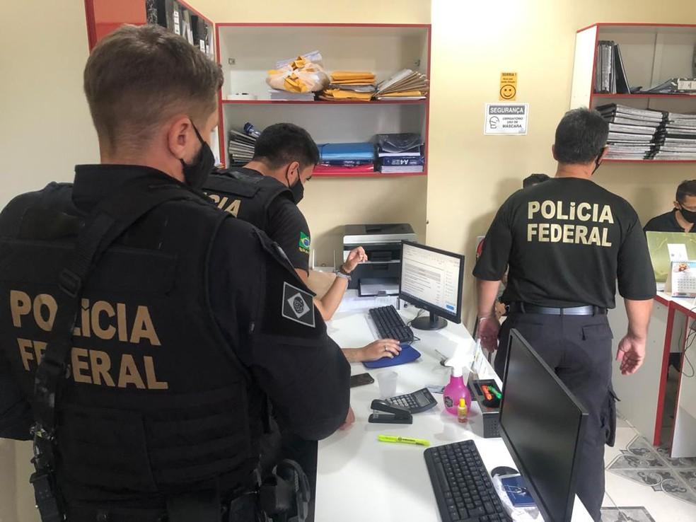 Agentes da Polícia Federal cumprindo mandados de busca e apreensão em Santarém, no Pará — Foto: Polícia Federal/Divulgação