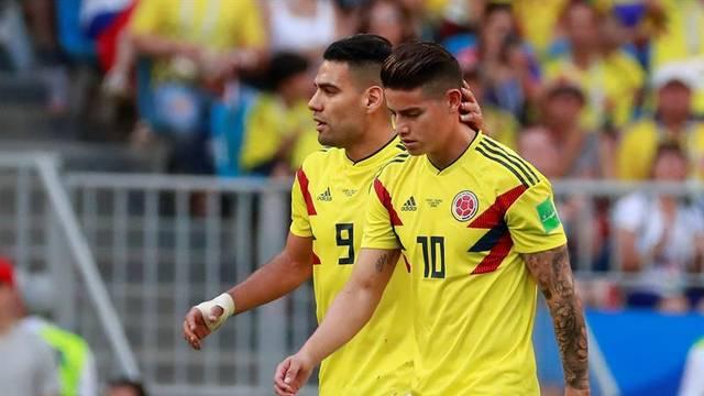 James Rodriguez é consolado por Falcão ao sair lesionado