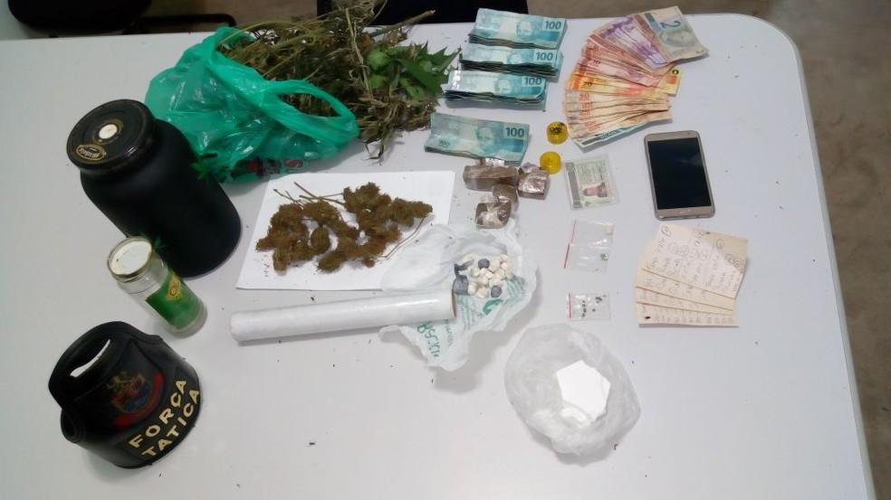 Suspeito foi flagrado com porções de maconha, cocaína, LSD, êxtase na casa onde mora (Foto: Polícia Militar/Divulgação )