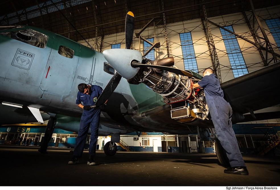 Oficiais da Aeronáutica fazem manutenção em aeronave  — Foto: Sgt Batista/FAB