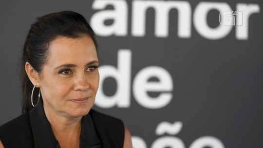 'Carminha' festeja a reprise de 'Avenida Brasil' com champanhe