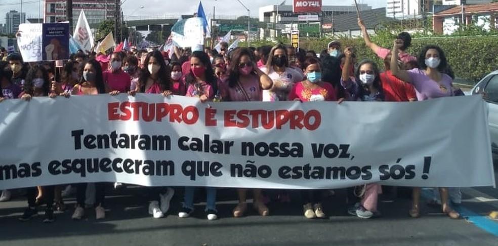 Manifestação em Maceió cobra Justiça para casos de estupro — Foto: Carolina Sanches/TV Gazeta
