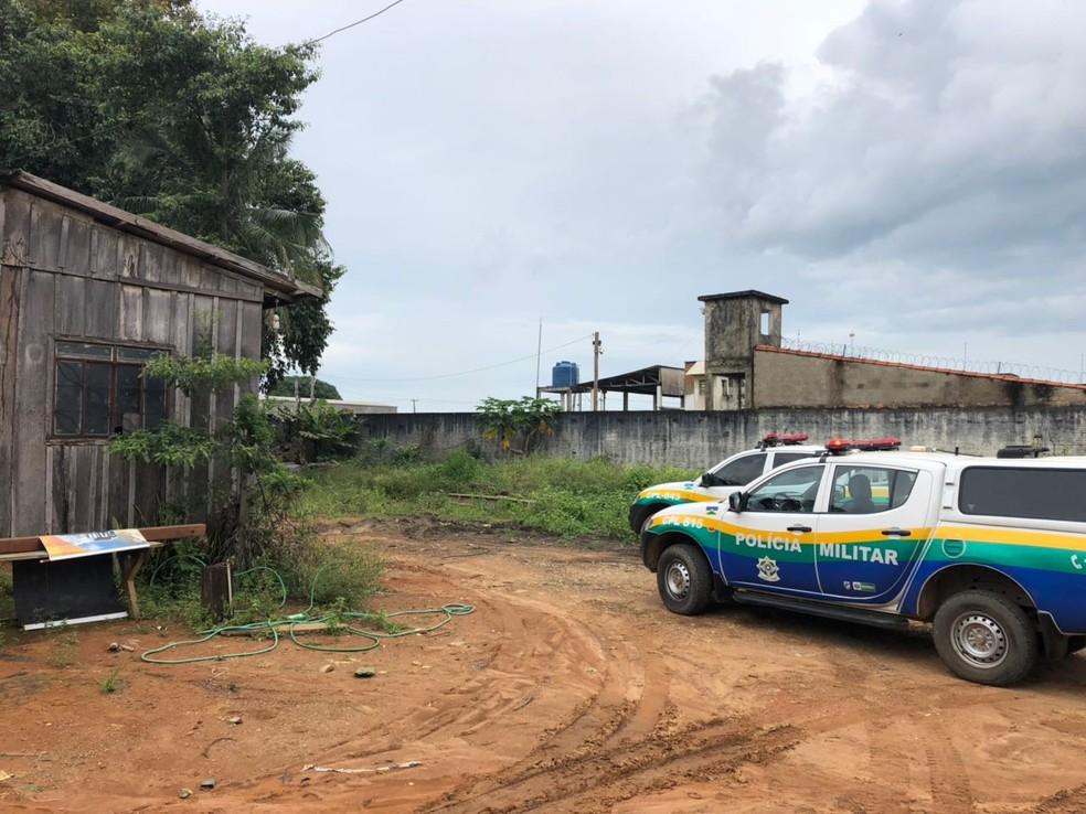 Uma casa de madeira serviu de cativeiro para manter os bombeiros após o roubo da viatura (Foto: Jeferson Carlos/G1)