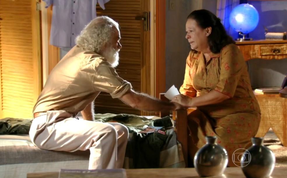 Chico (Cacá Amaral) garante a Olívia (Bete Mendes) que Cassiano (Henri Castelli) não morreu, em 'Flor do Caribe' — Foto: Globo