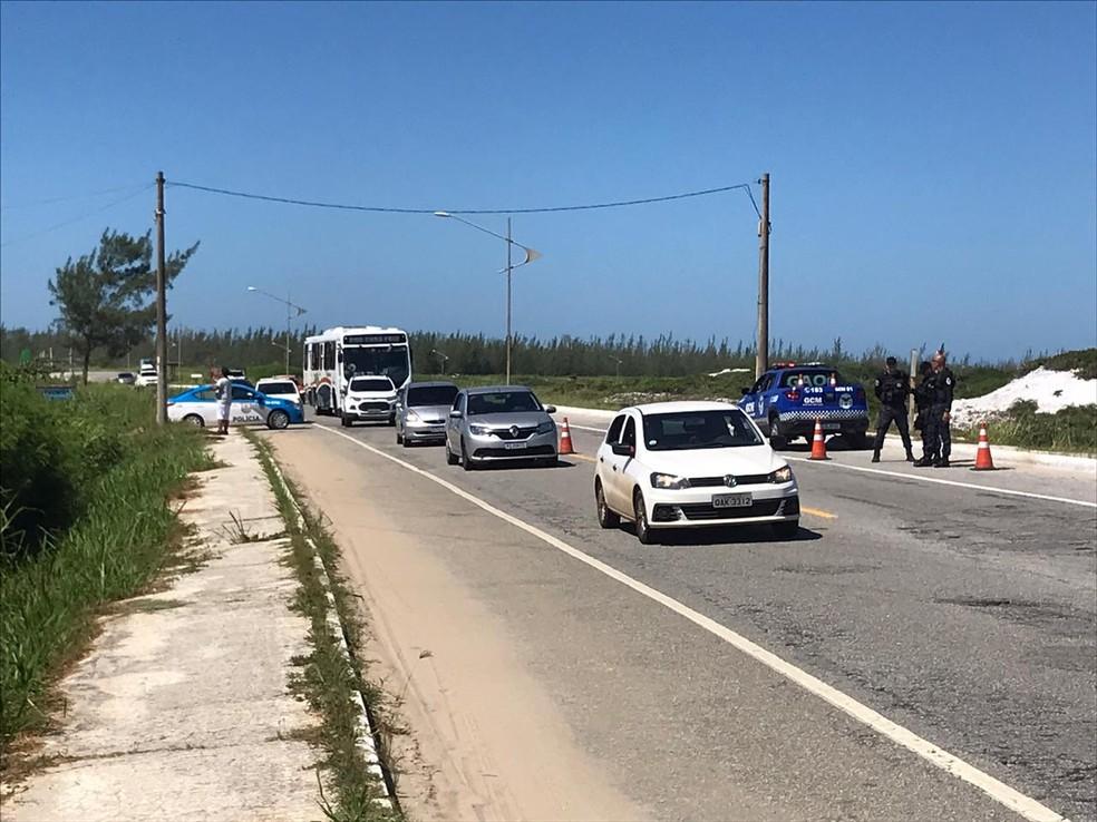 Polícia Militar e Guarda Municipal auxiliando no cumprimento do decreto que impede entrada de veículos de turismo em Arraial do Cabo, no RJ — Foto: Vinícius Pereira/Lagos Notícias