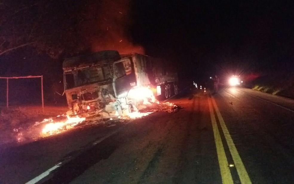 Veículo pegou fogo em rodovia no sul da Bahia (Foto: Divulgação/ PRF)