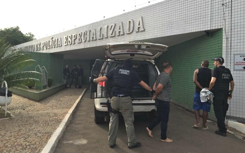 Homens preso pela Polícia Civil do Distrito Federal durante a 'Operação Gaston', contra organização que vendia armas e munições ilegalmente — Foto: TV Globo/Reprodução