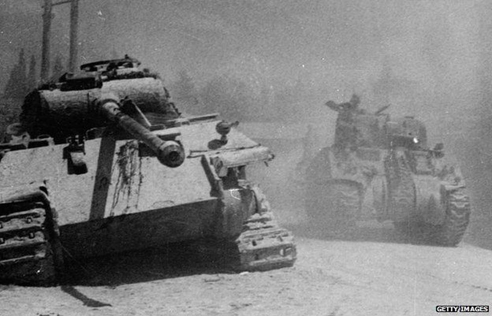 Registro histórico de um tanque alemão Panther abandonado na Itália em 1944 — Foto: Getty Images via BBC