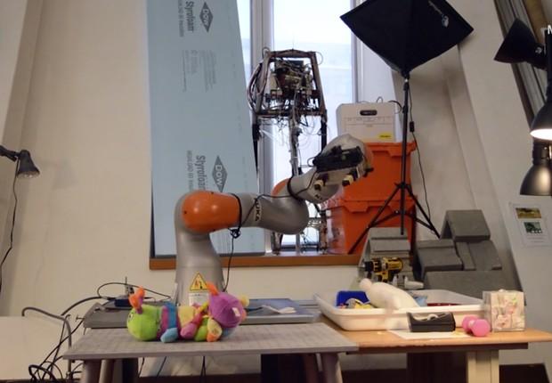 Braço robótico desenvolvido pelo MIT promete arrumar os seus sapatos (Foto: Divulgação CNN)