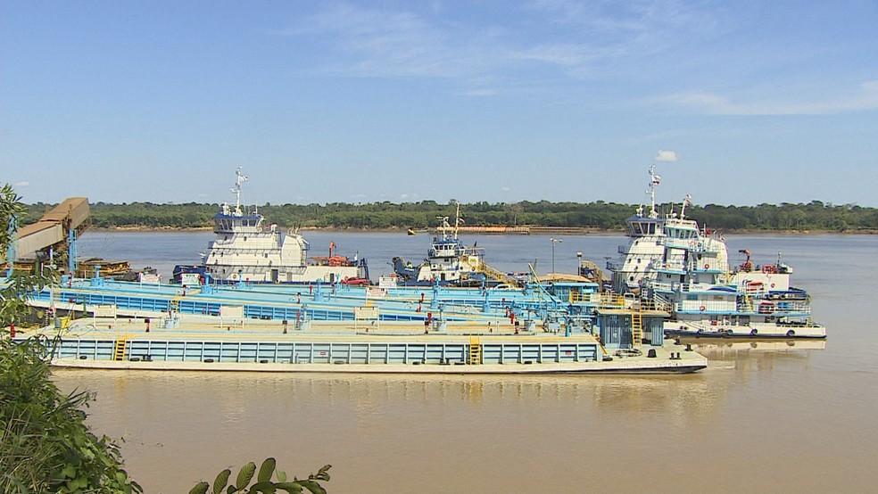 Balsas aguardam por carga e descarga em portos de Porto Velho (Foto: Reprodução/ Rede Amazônica)