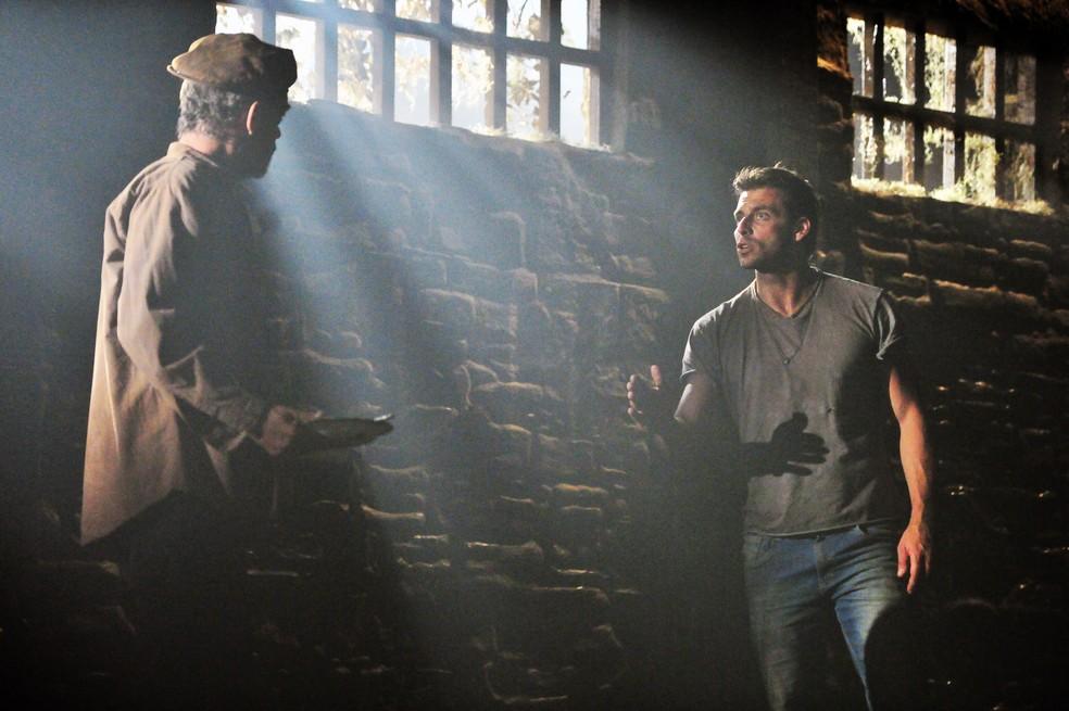 Duque (Jean Pierre Noher) e Cassiano (Henri Castelli) se preparam para fugir da prisão - 'Flor do Caribe' — Foto: Estevam Avellar/Globo
