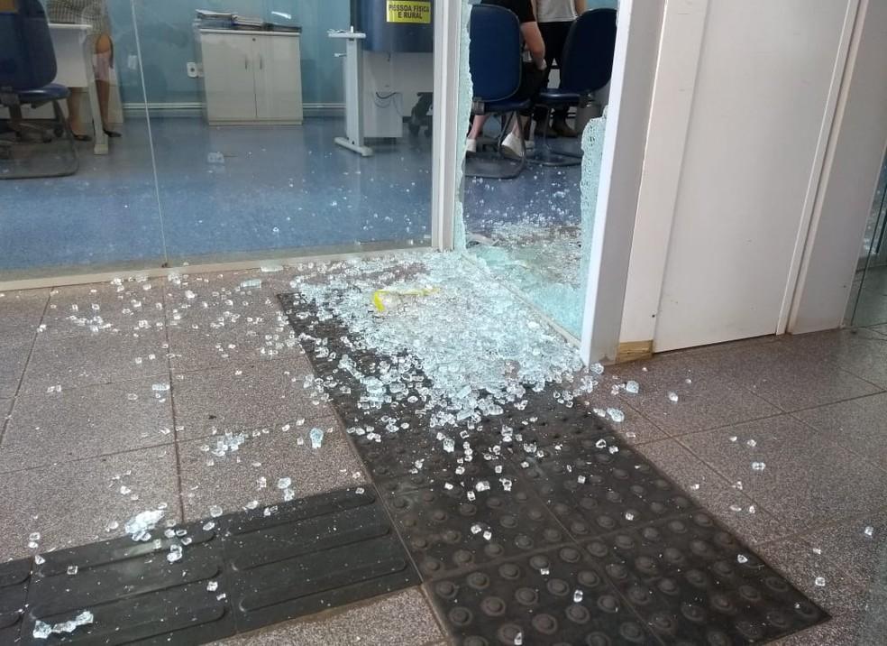 Vidros da agência bancária foram quebrados — Foto: Jota Flores/Rádio Navegantes