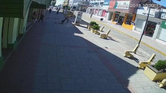 Jovem é arrastada pela calçada ao ter bolsa roubada em São Gabriel; vídeo