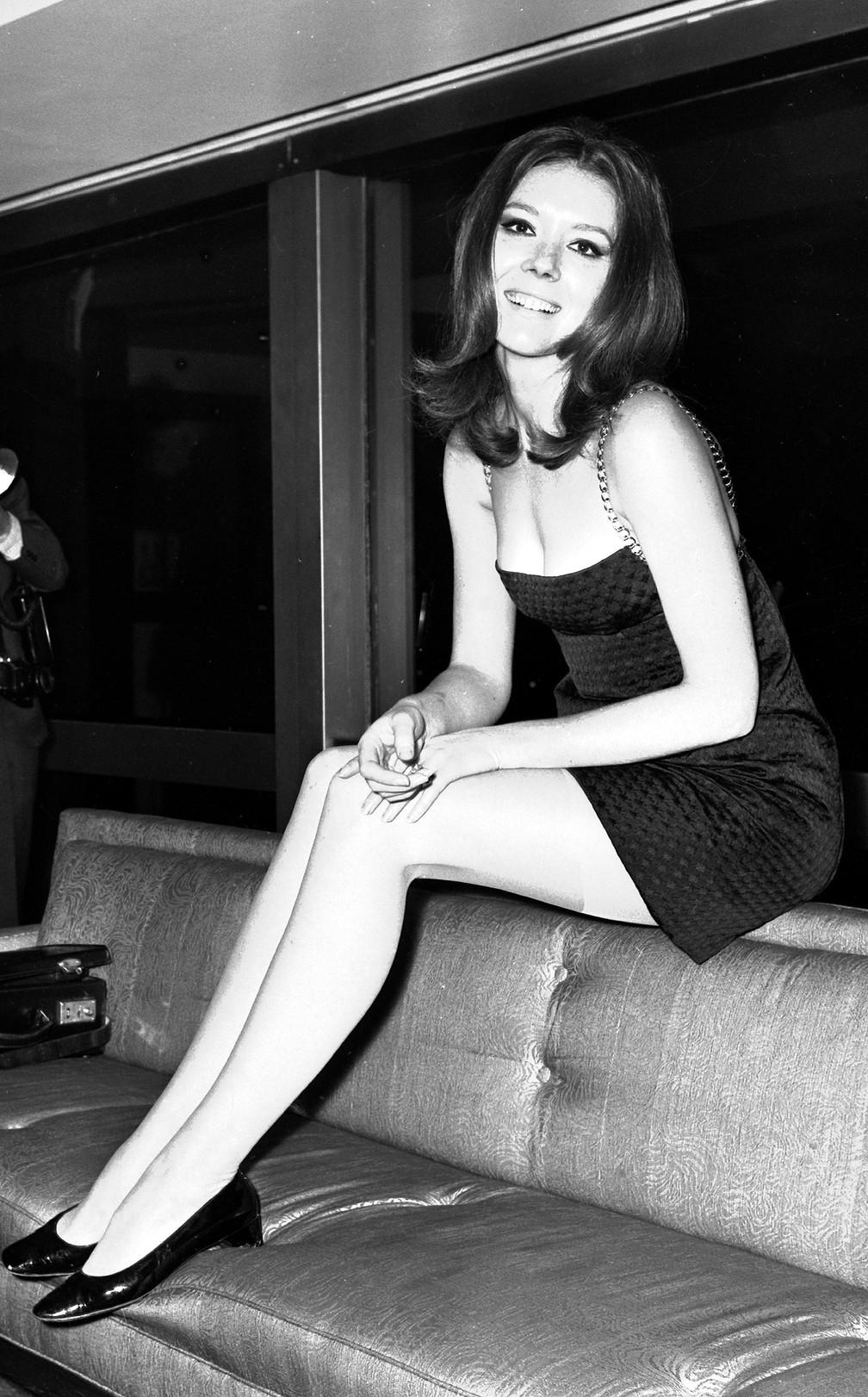 Diana Rigg posa para fotógrafos durante coletiva de imprensa no Hilton Hotel, em Londres. Foto de novembro de 1967 — Foto: Bob Dear/AP/Arquivo