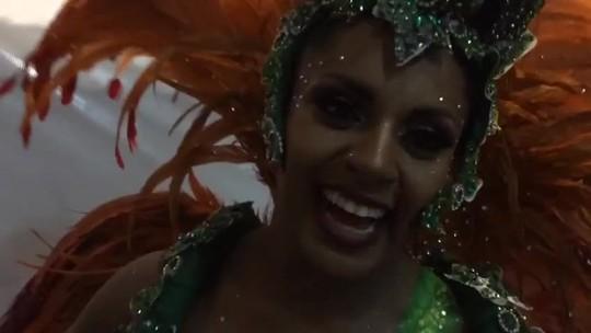 Tapa-sexo de madrinha da X-9 Paulistana cai durante desfile: 'Não pode parar'