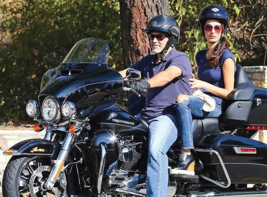O ator George Clooney com a esposa na moto que ele doou para caridade (Foto: Divulgação/EBay)