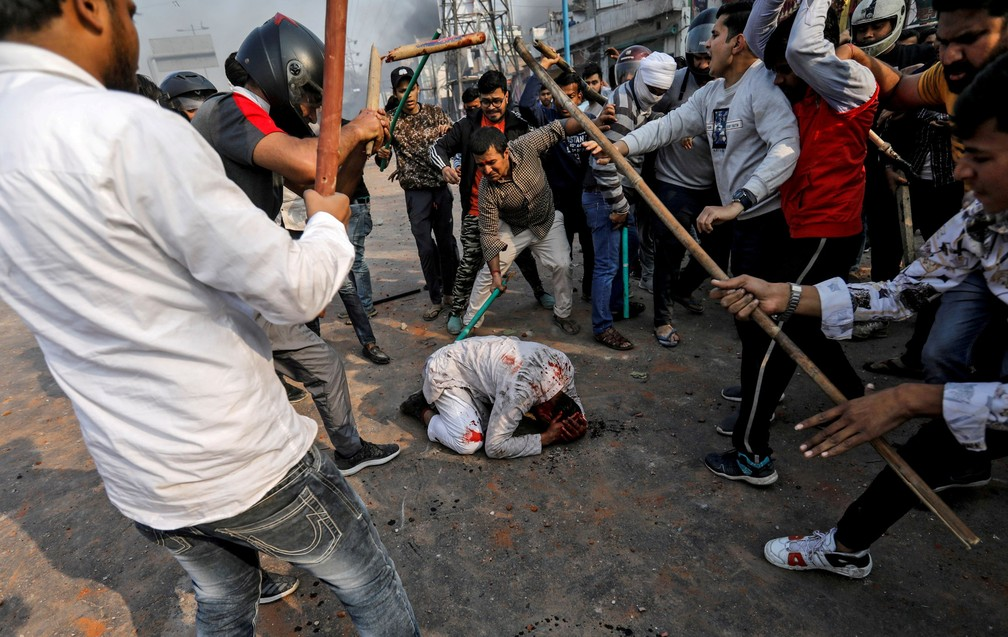 Um grupo de homens gritando slogans pró-hindus espancou Mohammad Zubair, de 37 anos, que é muçulmano, durante protestos provocados por uma nova lei de cidadania em Nova Delhi, na Índia, em 24 de fevereiro — Foto:  Danish Siddiqui/Reuters