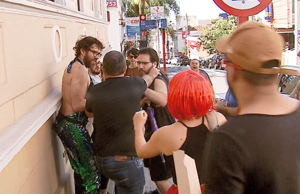Manifestante é agredido por grupo pró-Bolsonaro em São Carlos na vista da ministra Damares — Foto: Reprodução EPTV